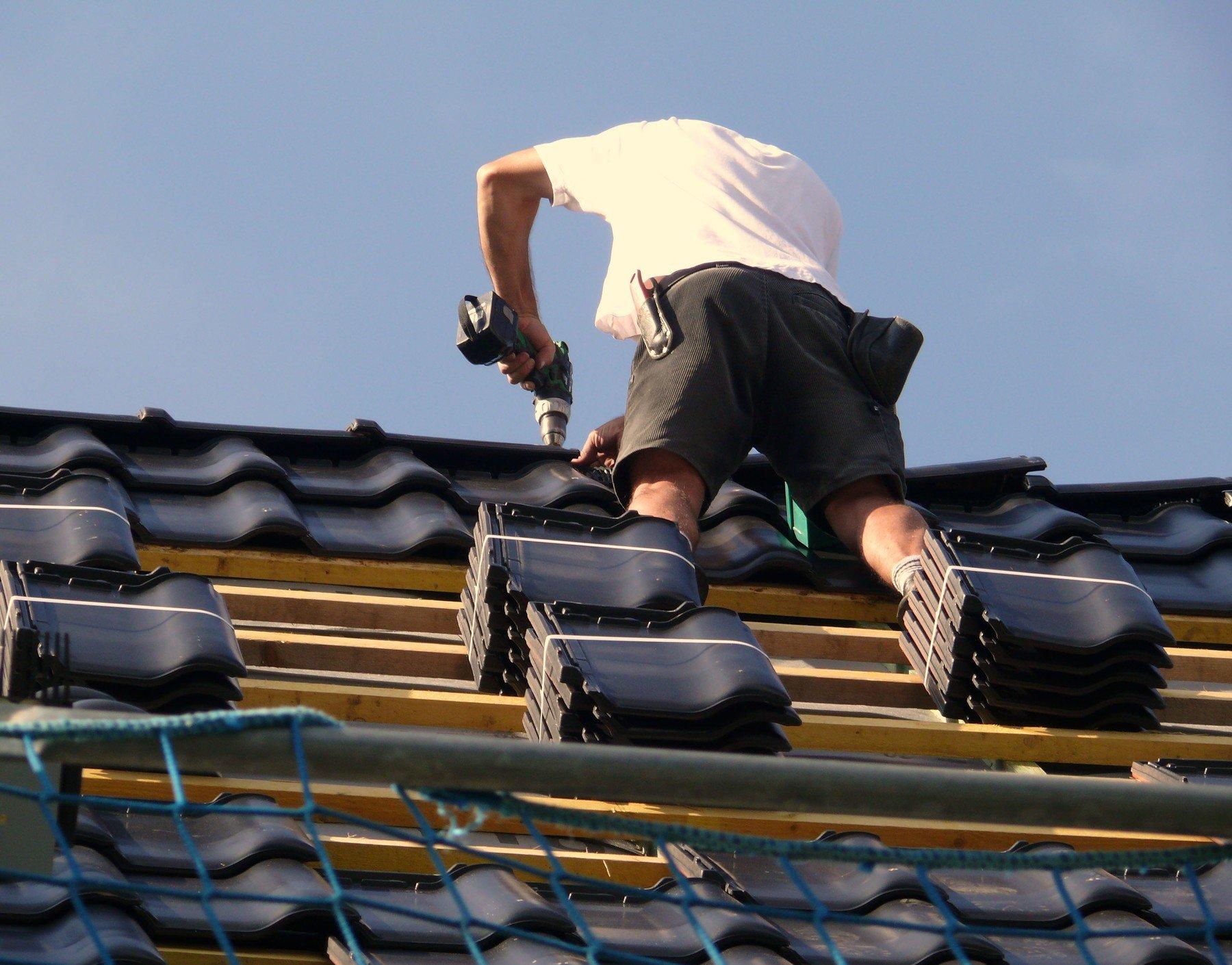 Pokrývač na střeše