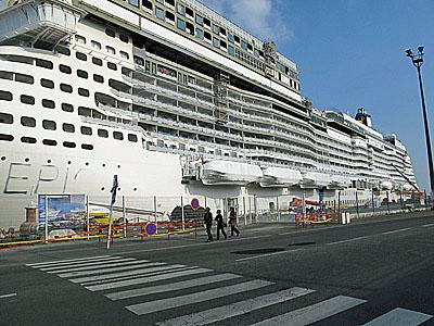 Zaoceánská loď Norwegien Epic v přístavu St. Nazaire
