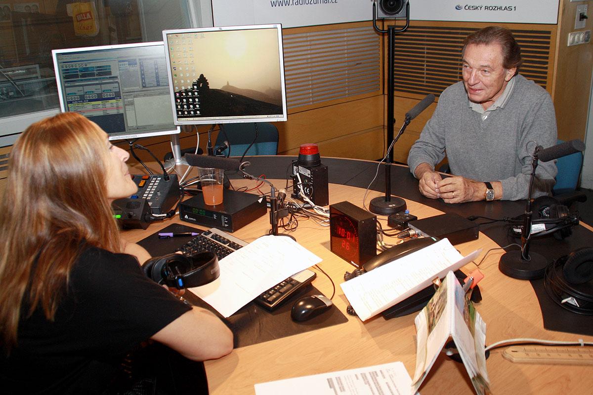 Moderátorka Lucie Výborná s Karlem Gottem před vysíláním Hosta Radiožurnálu