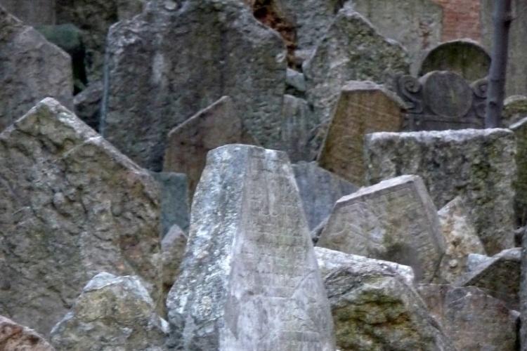Charakteristické nahromadění náhrobních kamenů vzniklo navážením stále nových vrstev půdy a vyzdvihováním starších náhrobků2.jpg