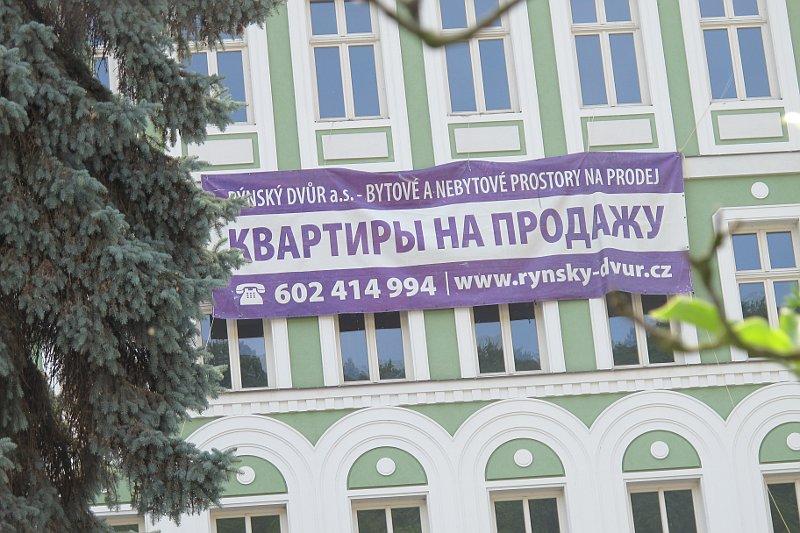Dvojjazyčný česko-ruský nápis: Byty na prodej