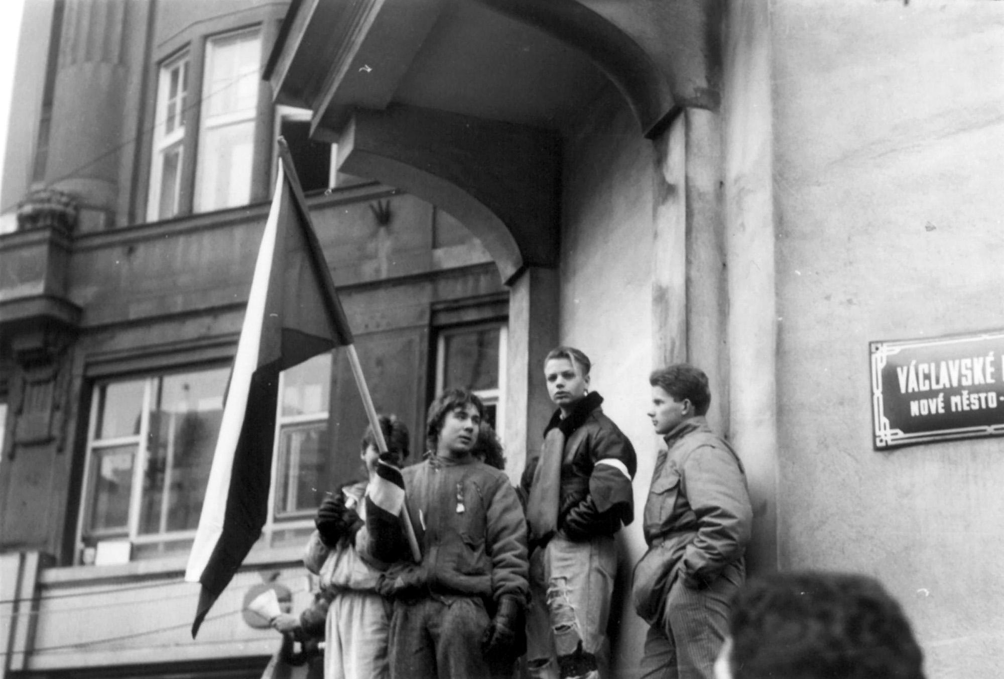 Mladí lidé s vlajkou na Václavském náměstí