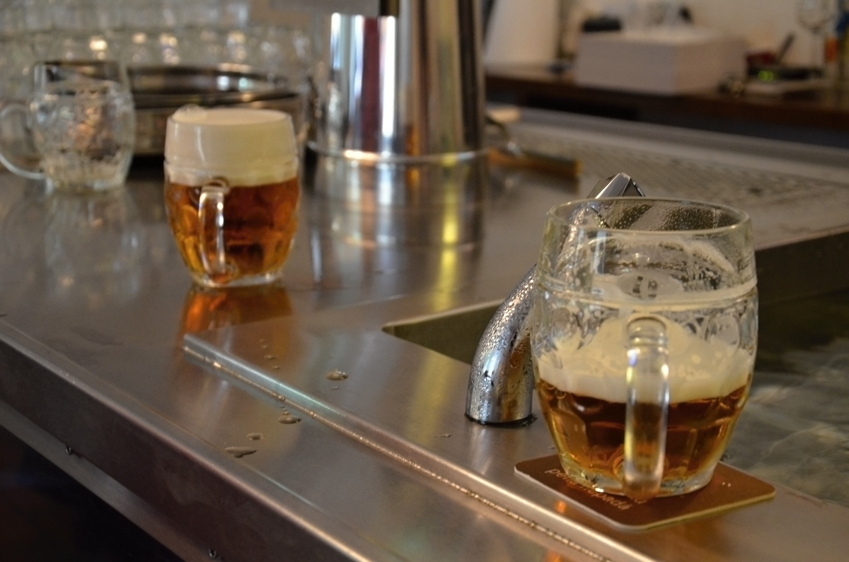 Pivo na výčepu nesmí zůstat ležet, výjimkou je, že si ho tam položí štamgast