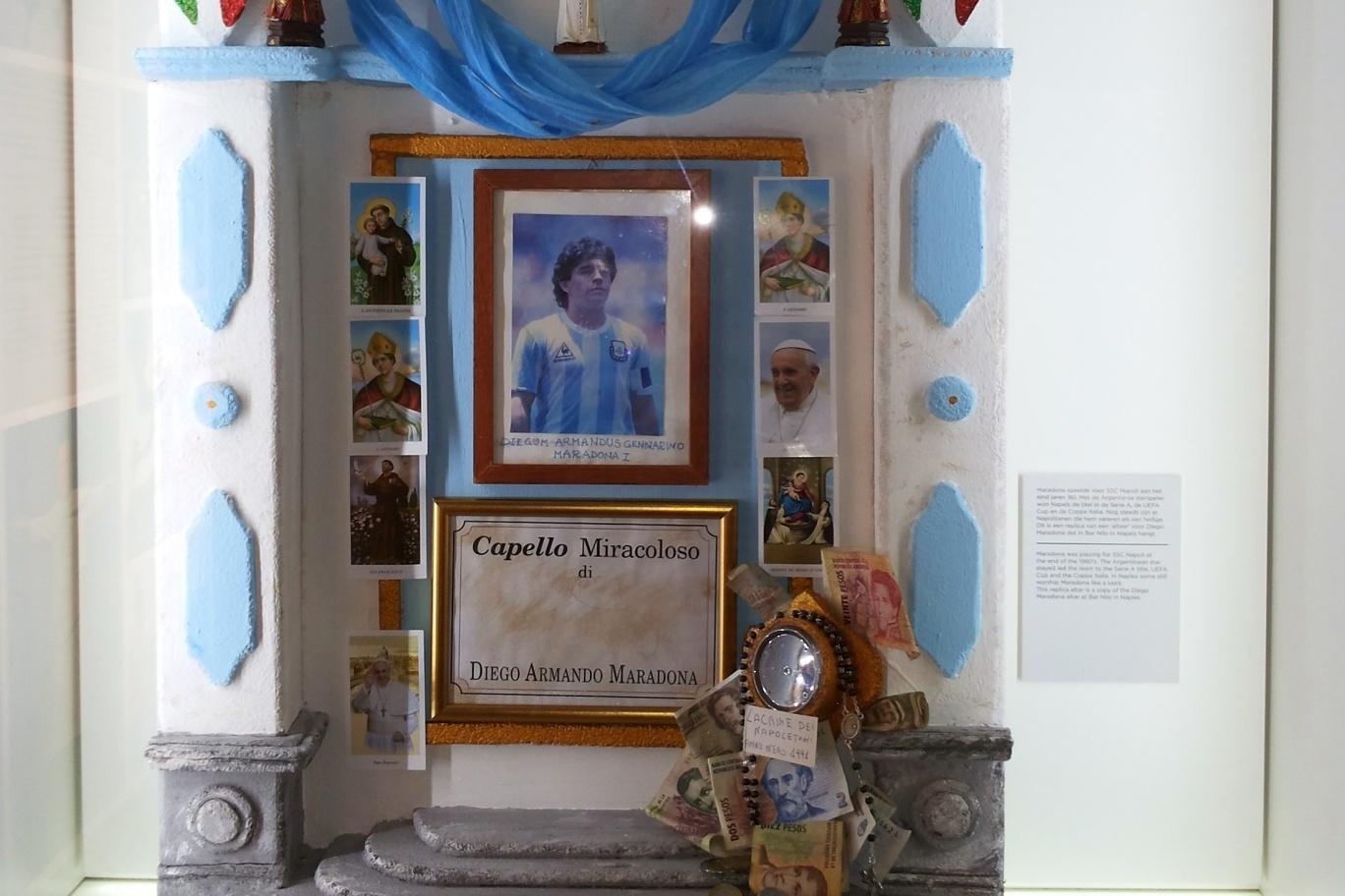 Oltář s vlasy Diega Maradony. Fanouši v Neapoli se k němu dodnes chodí modlit