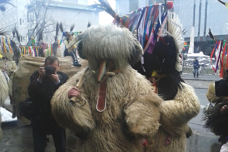 Ve Slovinsku se konal masopustní festival Kurentovanje. Jeho domovem je město Ptuj. Když masopustní figury začaly rejdit před parlamentem v Lublani, nepřinesly ale jaro, nýbrž učiněný sněhopad