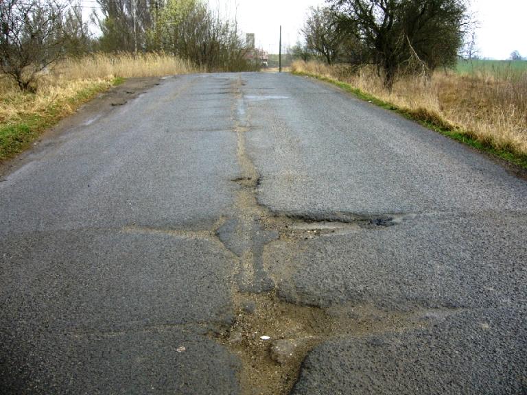Silnice s výmoly v Dobranově