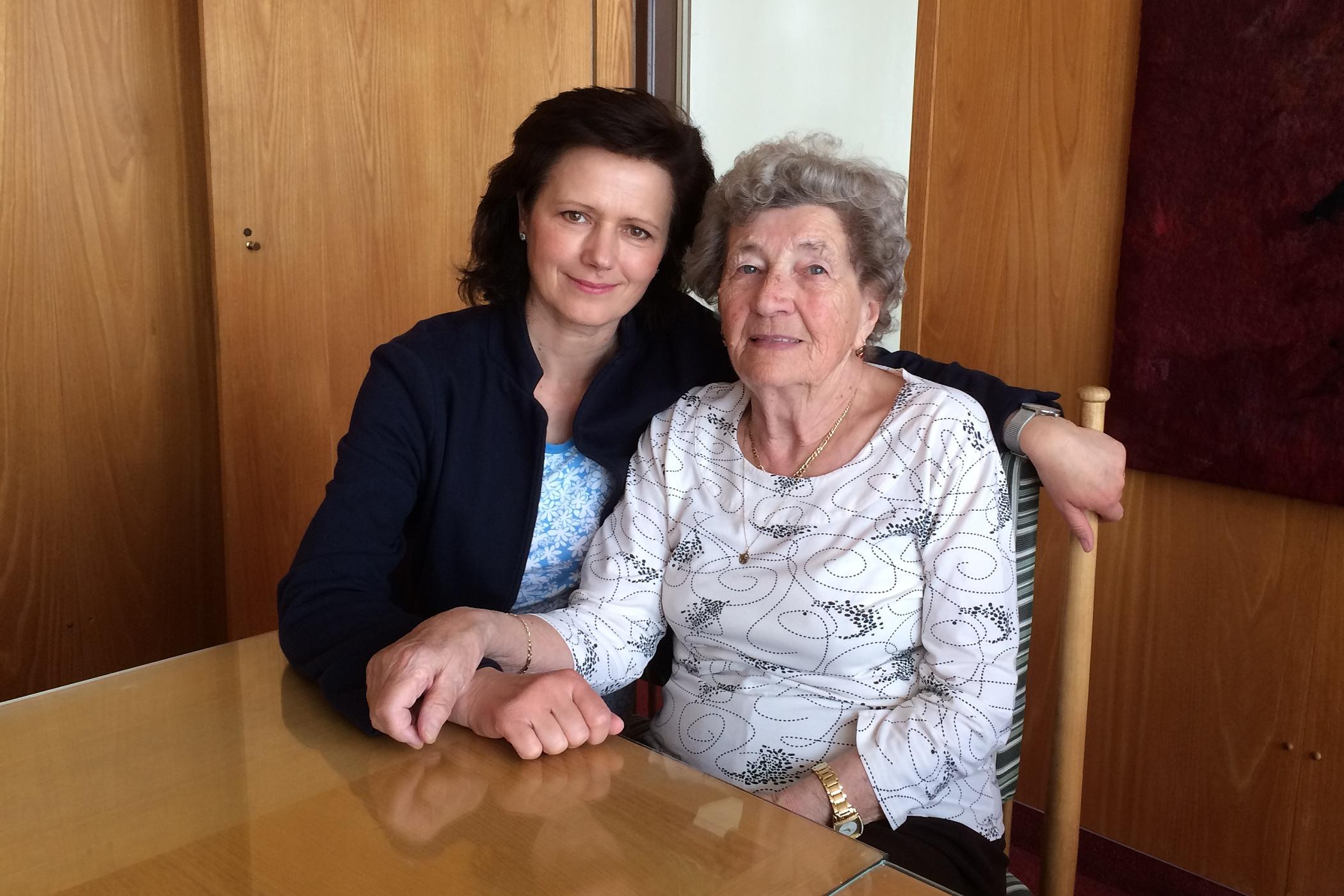 Zuzana Burešová a Marie Šupíková, která přežila vyhlazení Lidic