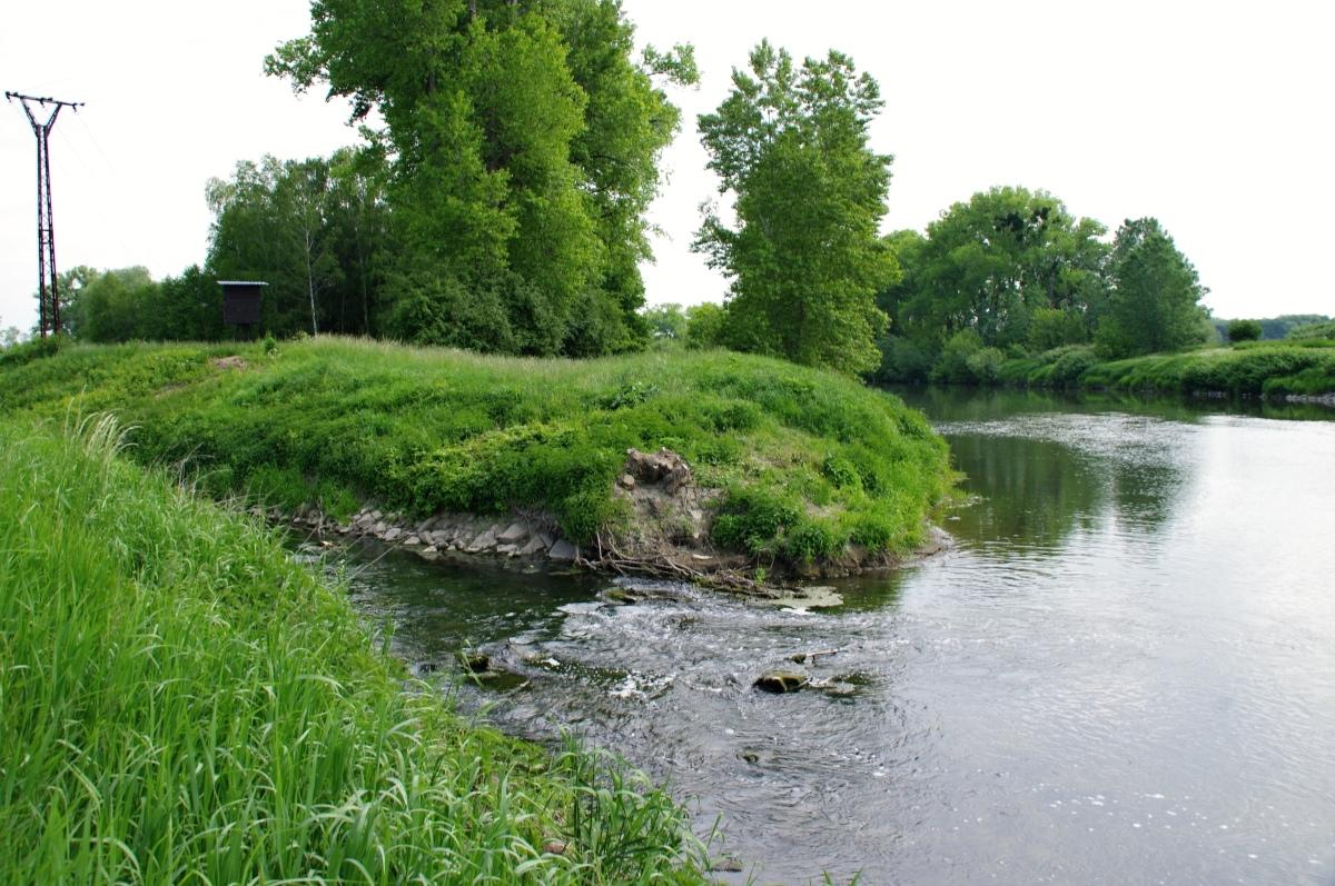 Nedaleko sifonu se řeka Valové vlévá do Moravy