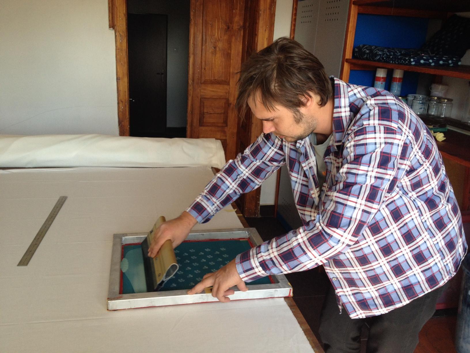 Mladý výtvarník nepoužívá dřevěné formy, ale sítotisk