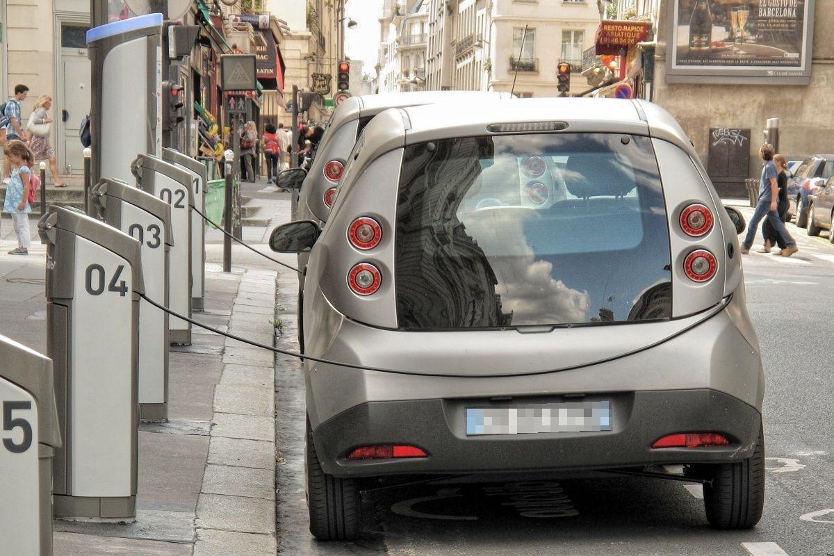 Elektromobily v dobíjecí stanici