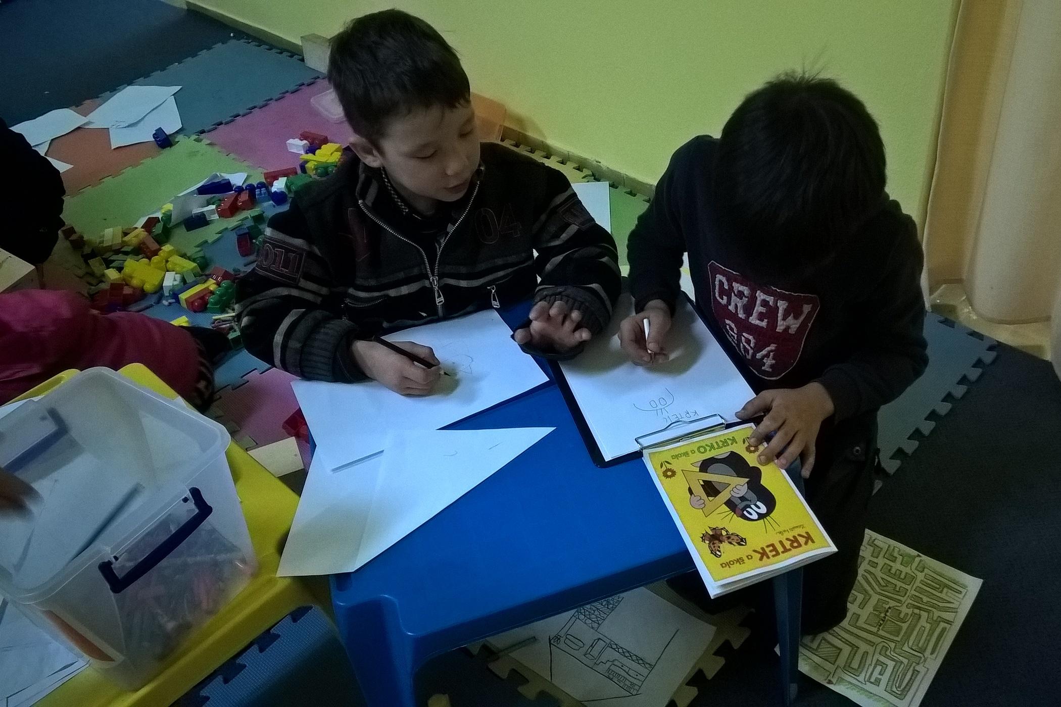 Syrské děti ve volném čase překreslovaly i českého Krtečka