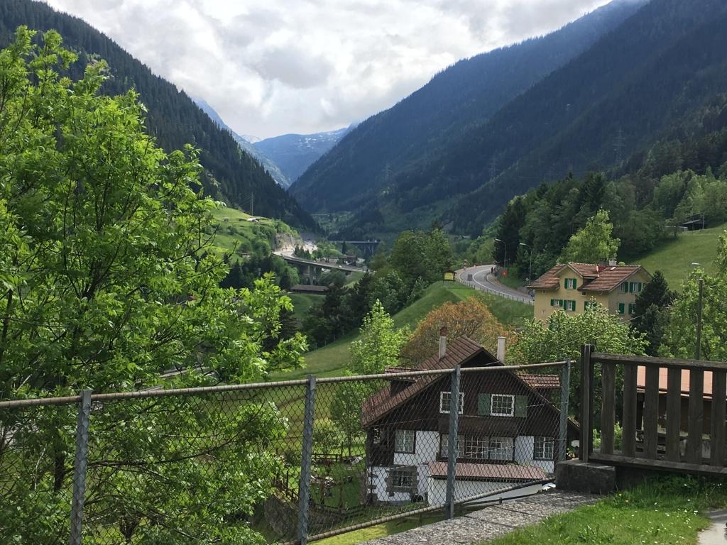 Cesta ke Gotthardskému průsmyku, kudy vede stará železnice i s původním tunelem