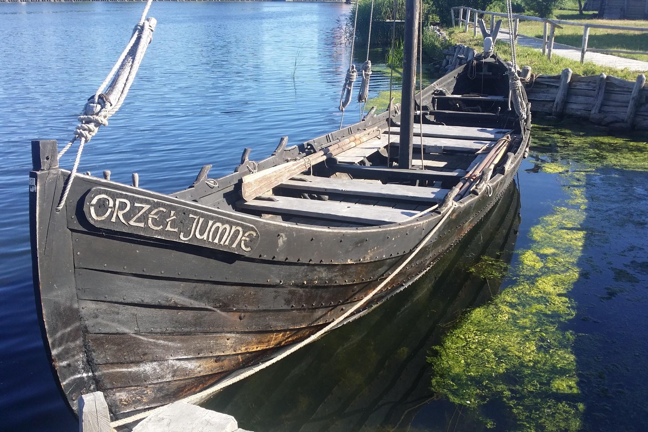 Loď Orel má na délku asi dvanáct metrů