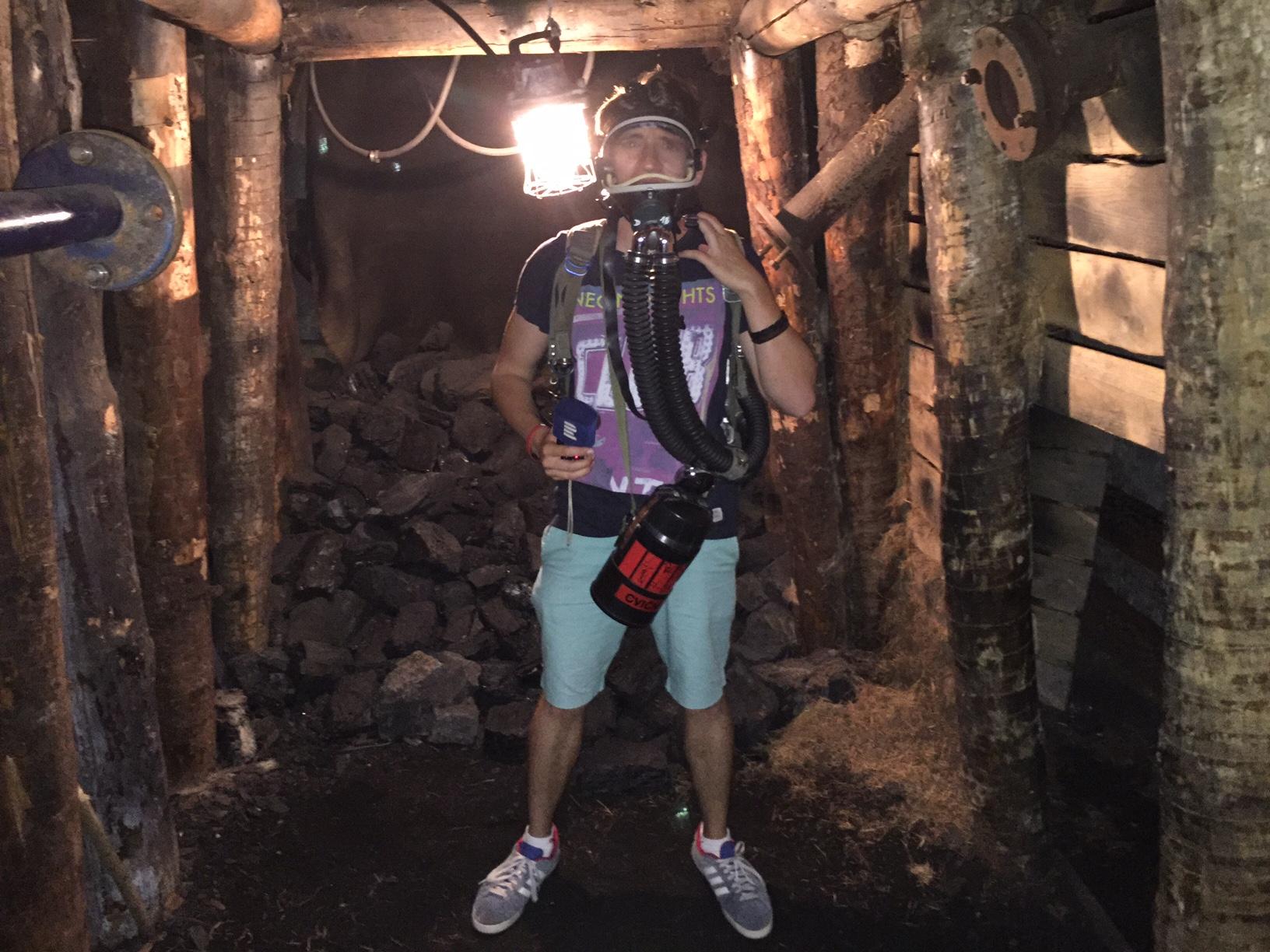 Ondřej Vaňura s dýchacím přístrojem báňských záchranářů