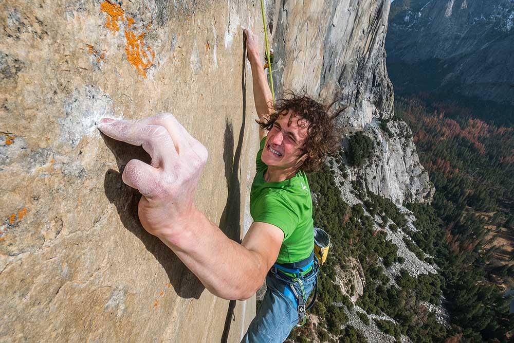 Adam Ondra během volného přelezu 32délkové Dawn Wall na El Capitan v Yosemitech: Délka 14