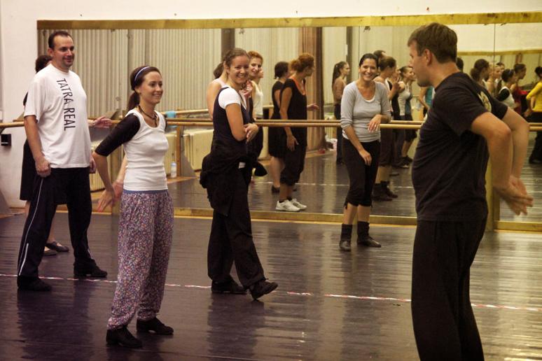 Mezi účastníky kurzů folky-polky dominují ženy, ale cvičení baví i muže