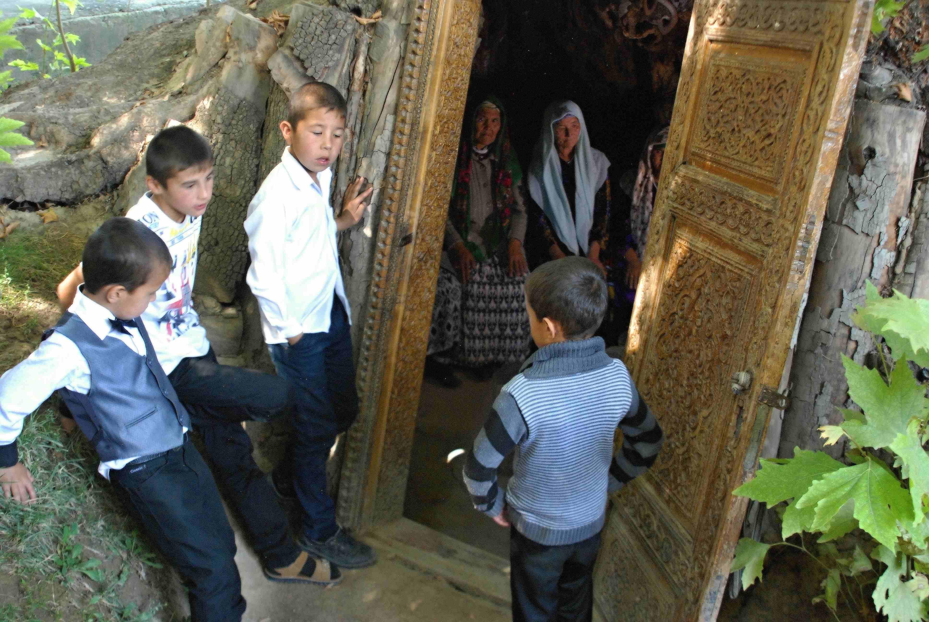 Do tisíciletého posvátného jilmu se vstupuje jednoduše - dveřmi