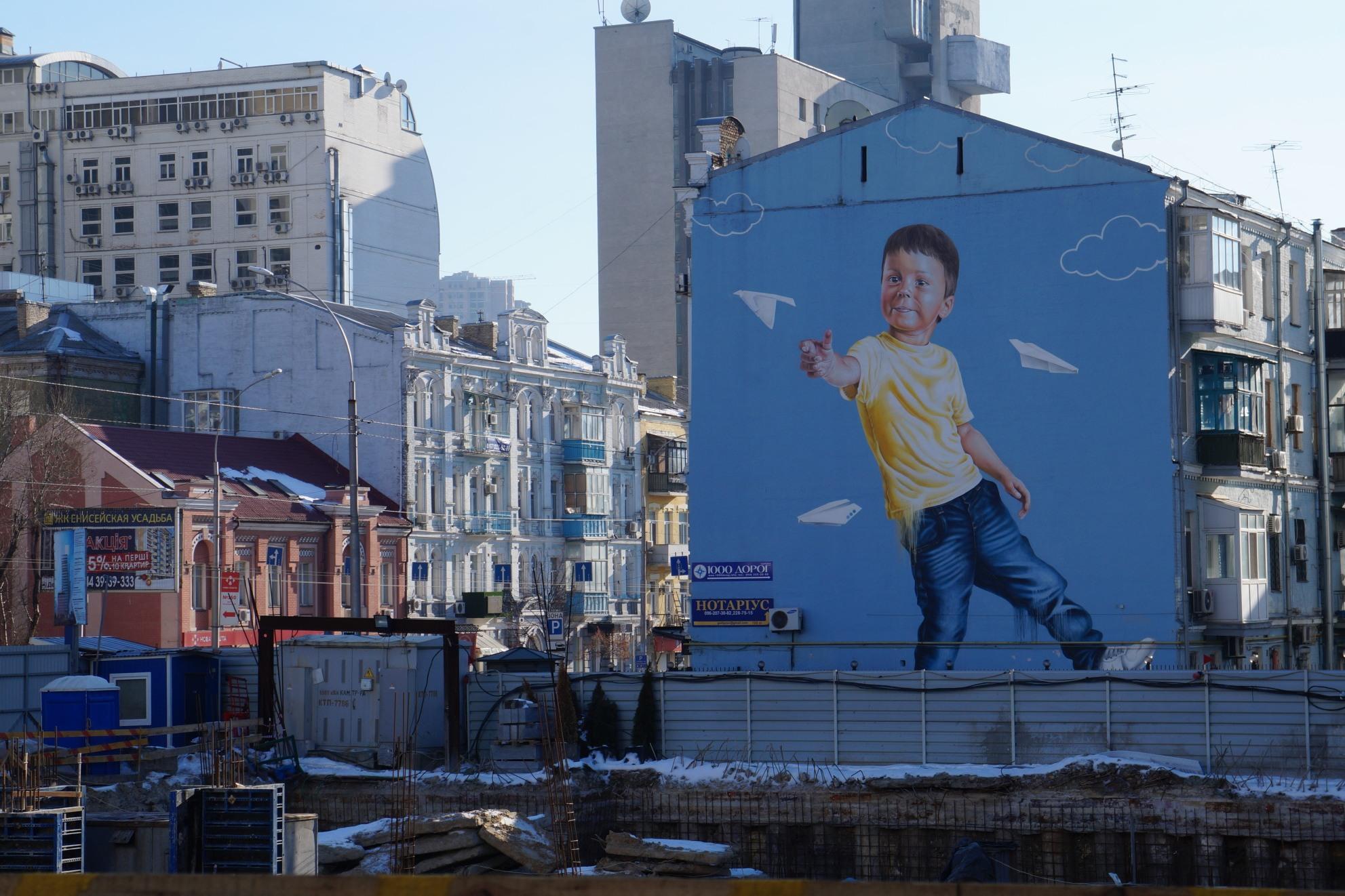 Chlapec s vlaštovkou od Sači Korbana, který předtím, než se stal umělcem, pět let na Donbase rubal uhlí