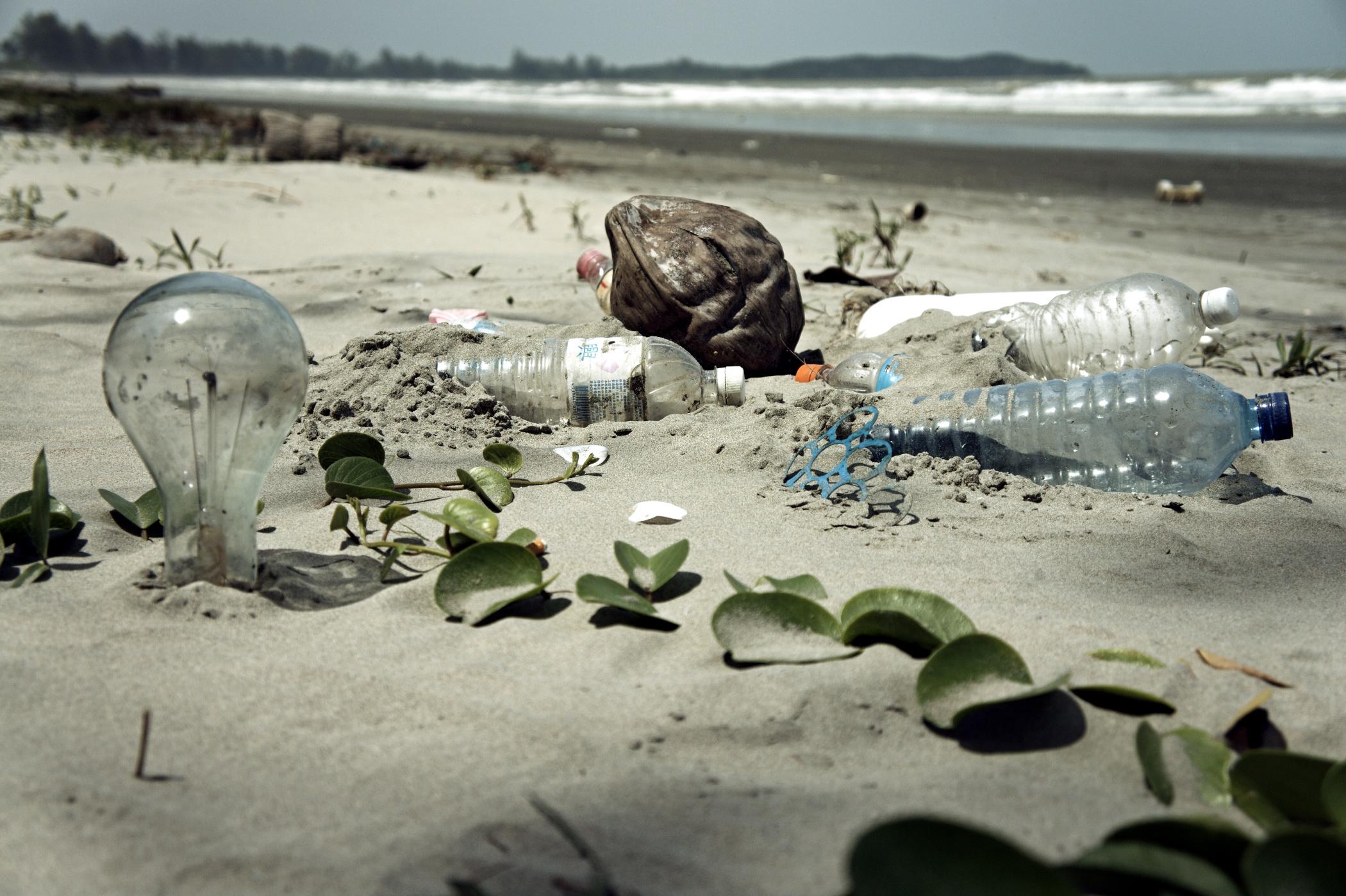 Odpad vyplavený z moře na pláž