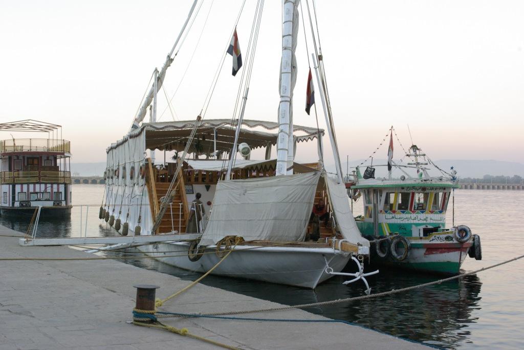 Plavba na dahabíje je nezapomenutelný turistický zážitek. Odpočinout si na ni jezdí ale i Egypťané z rušné Káhiry