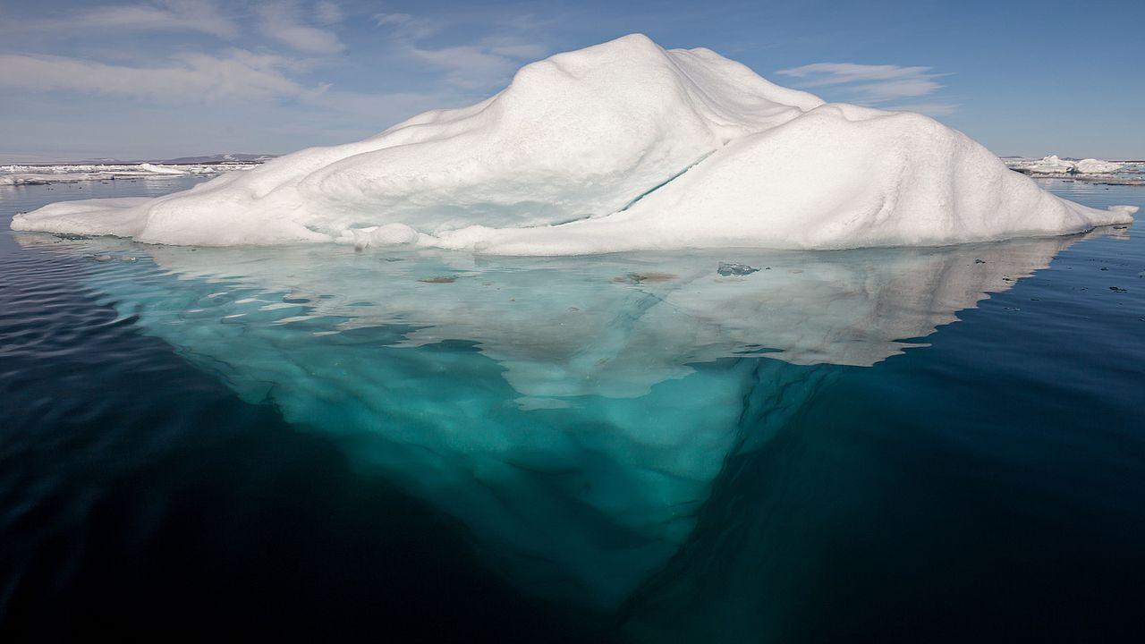 Ledovec uvízl u kanadského pobřeží. Je z něj atrakce pro davy turistů | Radiožurnál