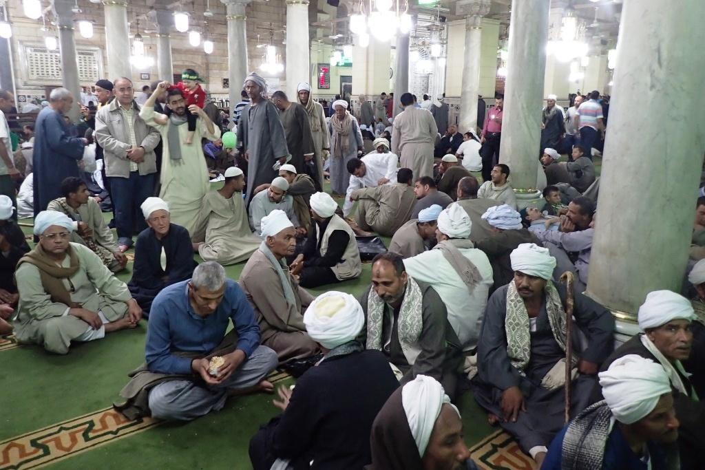 Také uvnitř mešity věřící posedávají na kobercích