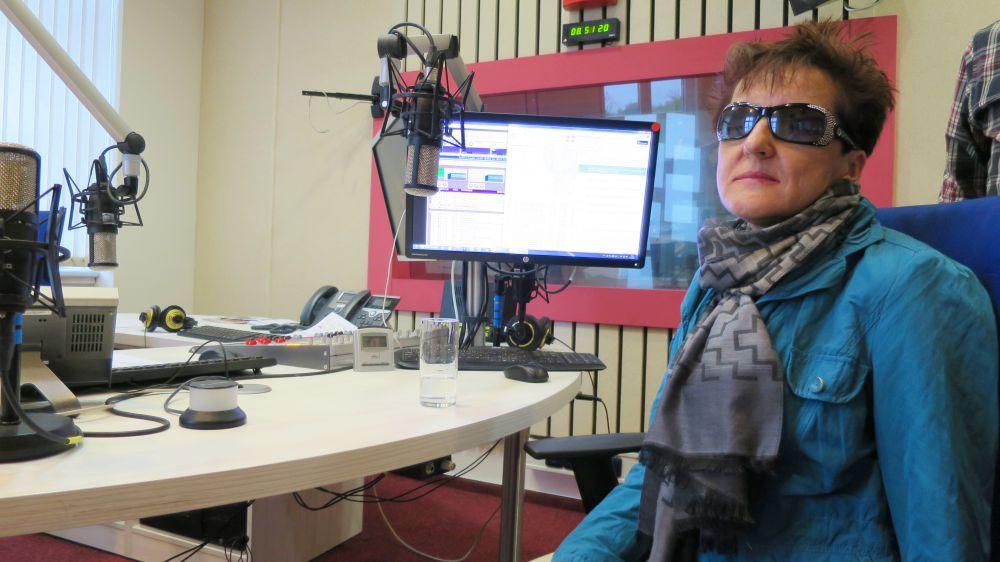 Renata Moravcová, organizátorka akce Barevná tma, ve studiu Českého rozhlasu Hradec Králové