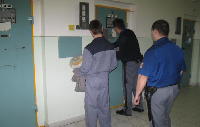 Vězeň při nástupu do vazební věznice v Českých Budějovicích