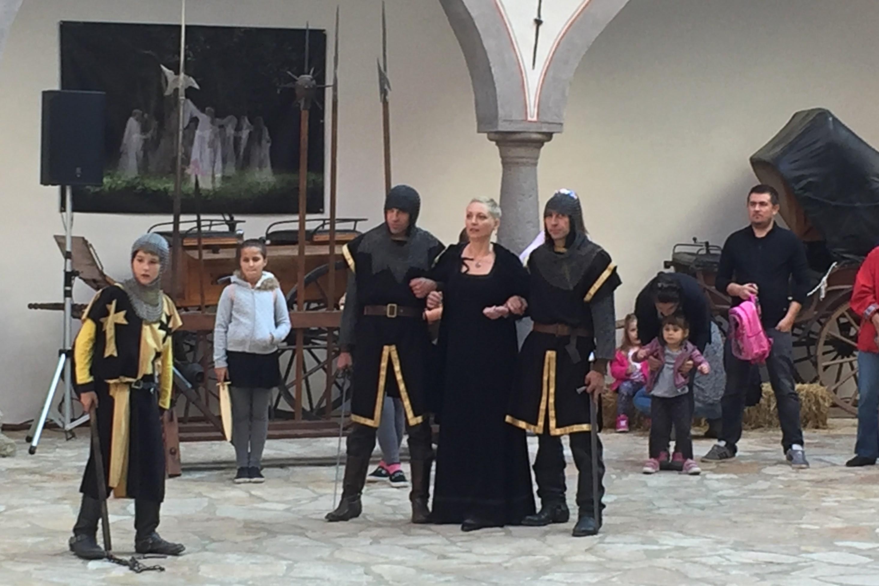 Soud krásné Veroniky v podání herců na nádvoří hradu