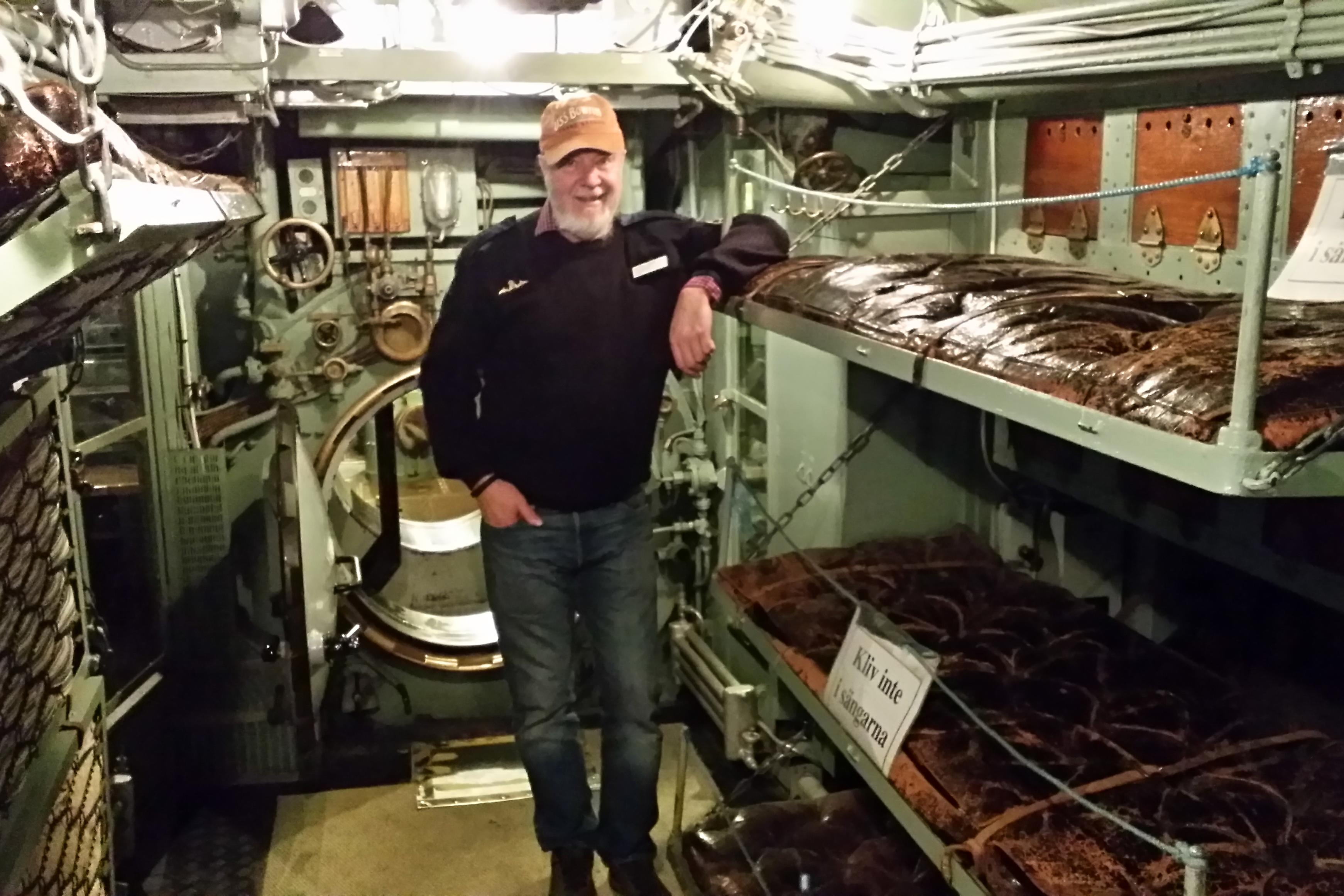 Komandér Magnus Odeen sloužil na řadě ponorek. teď je v důchodu a po ponorce provádí návštěvníky muzea