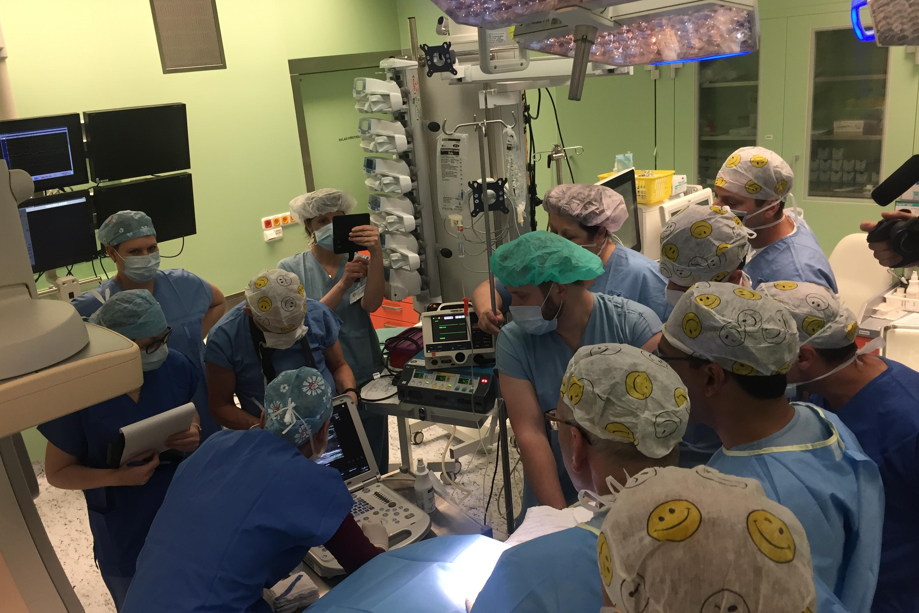 Tým lékařů z nemocnice Na Homolce provádí unikátní operaci