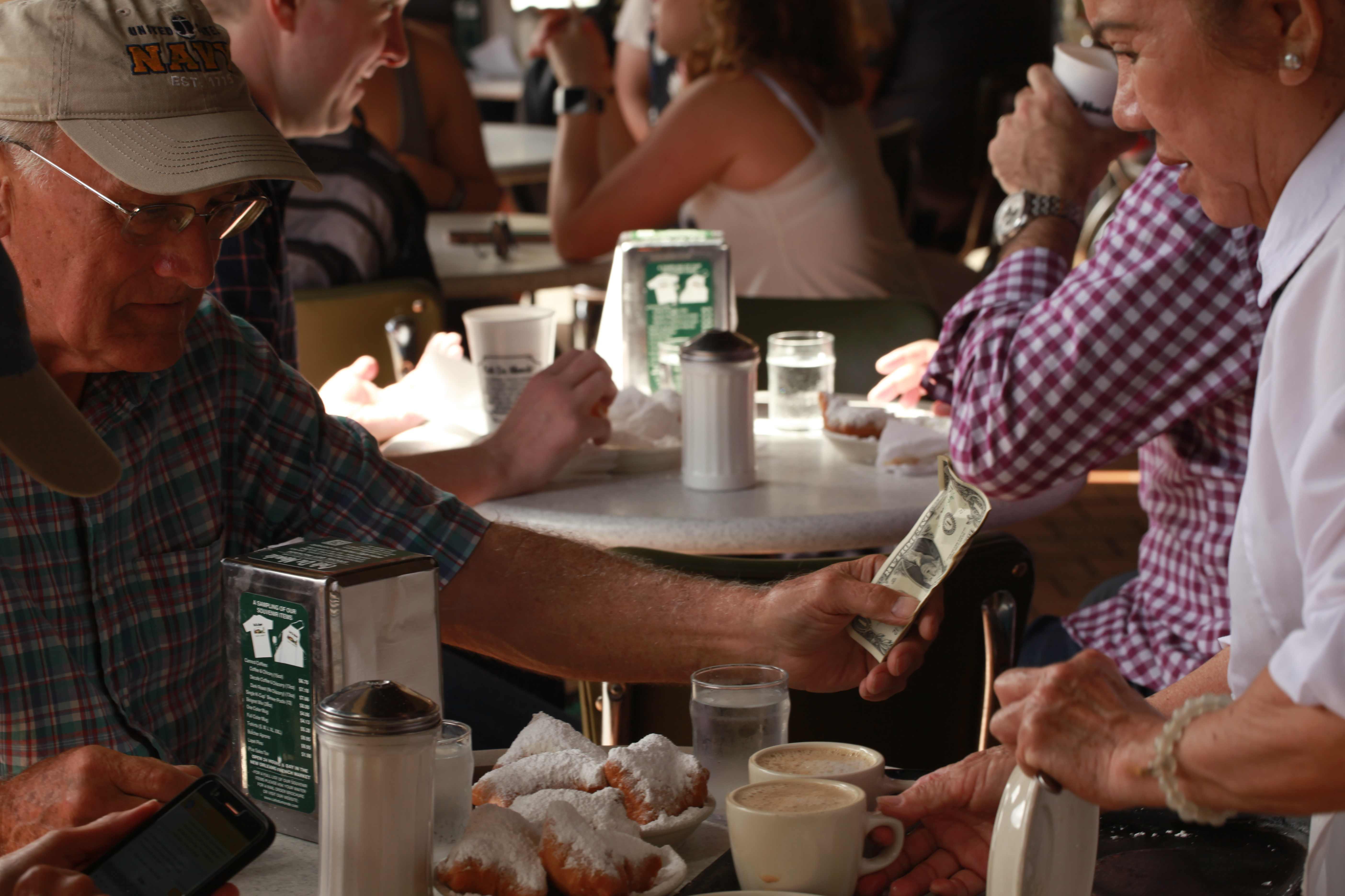 Koblihy podle původního francouzského receptu a káva s cikorkou - to jsou speciality kavárny Cafe du Monde