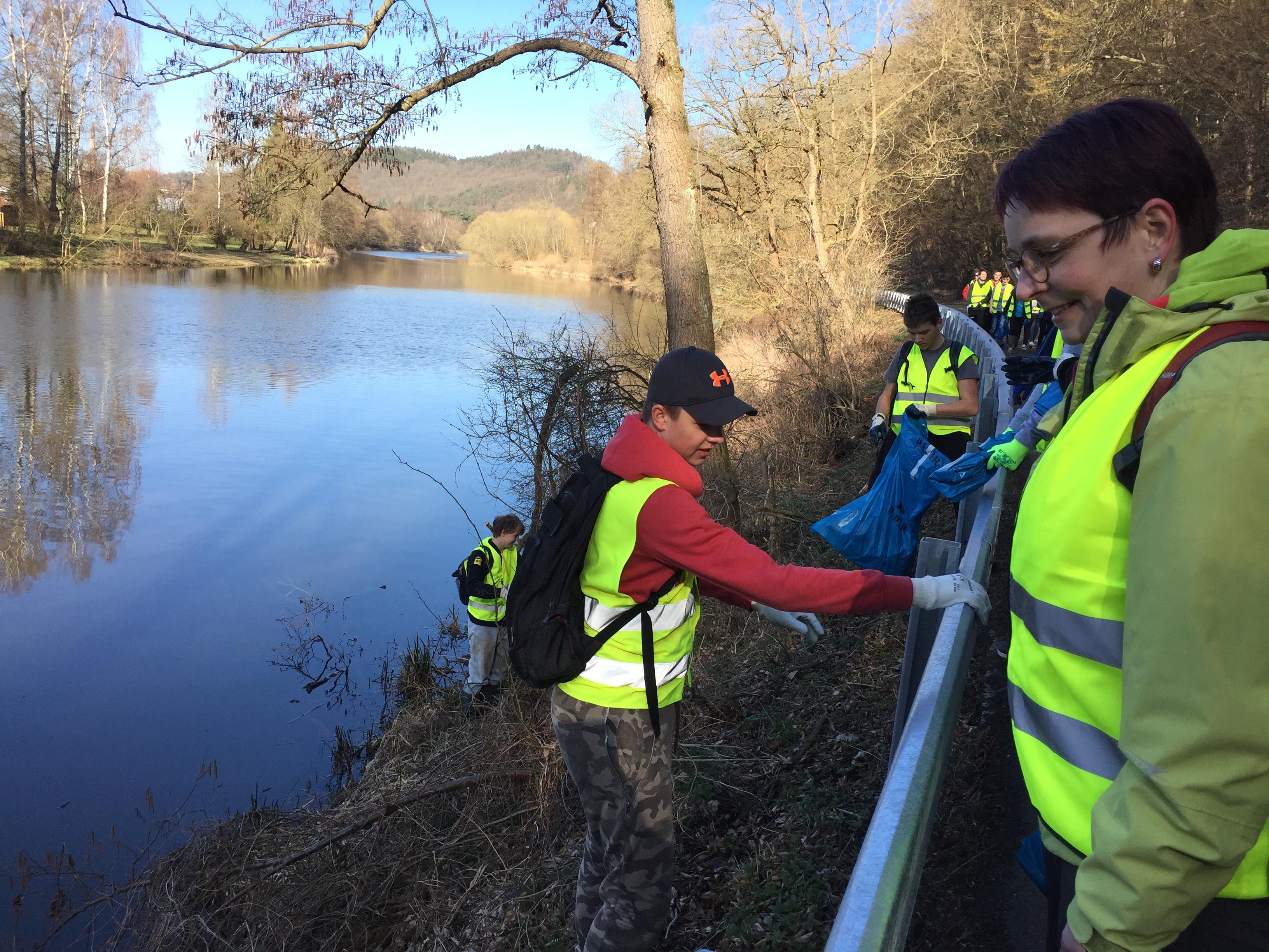 Dobrovolníci uklízeli břehy řeky Sázavy