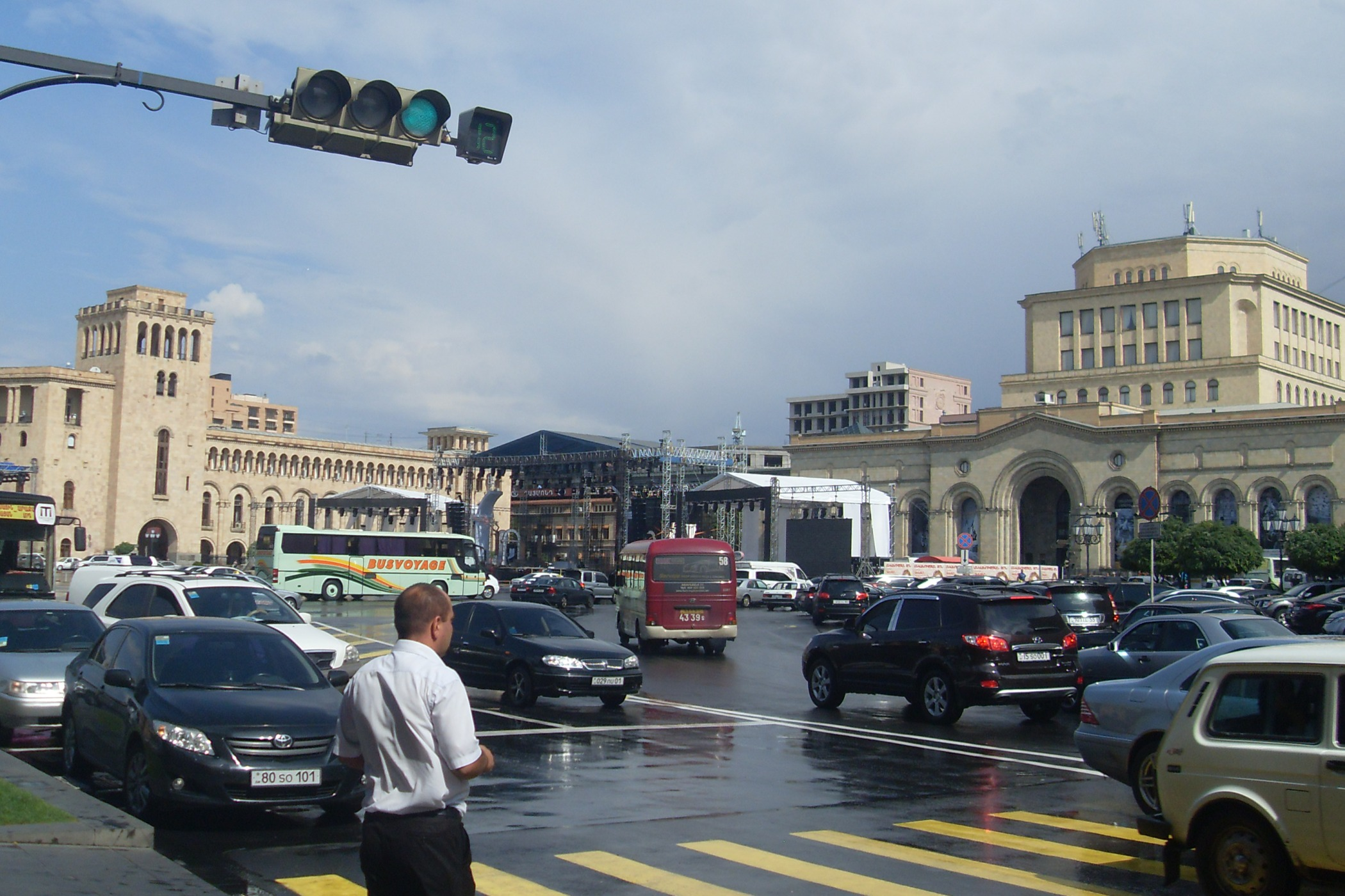 Dopravní ruch na náměstí Republiky v metropoli Arménie Jerevanu