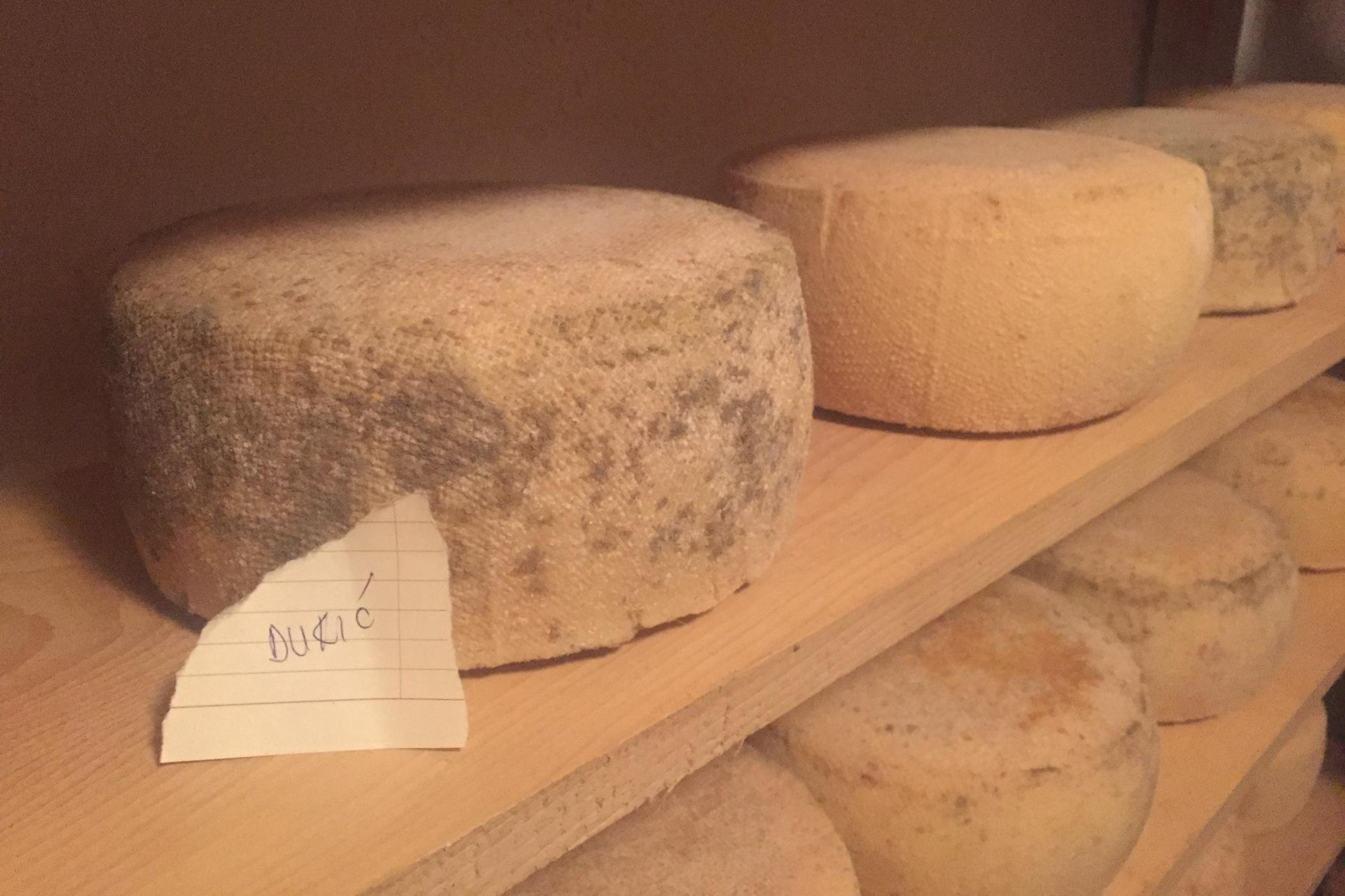 Livaňské sýry zrají na dřevěných policích déle než měsíc. Některé bochníky pana Jozy už jsou dokonce prodané