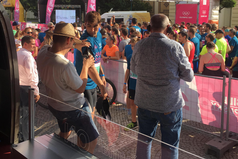 Na T-mobile Olympijském běhu v Praze jsme sledovali, jak se daří při akci olympionikovi Davidovi Svobodovi. Datový analytik Jan Cibulka pomáhá nastavit techniku, díky které jsme mohli vidět Davidův tep, dech i pohyb najednou.