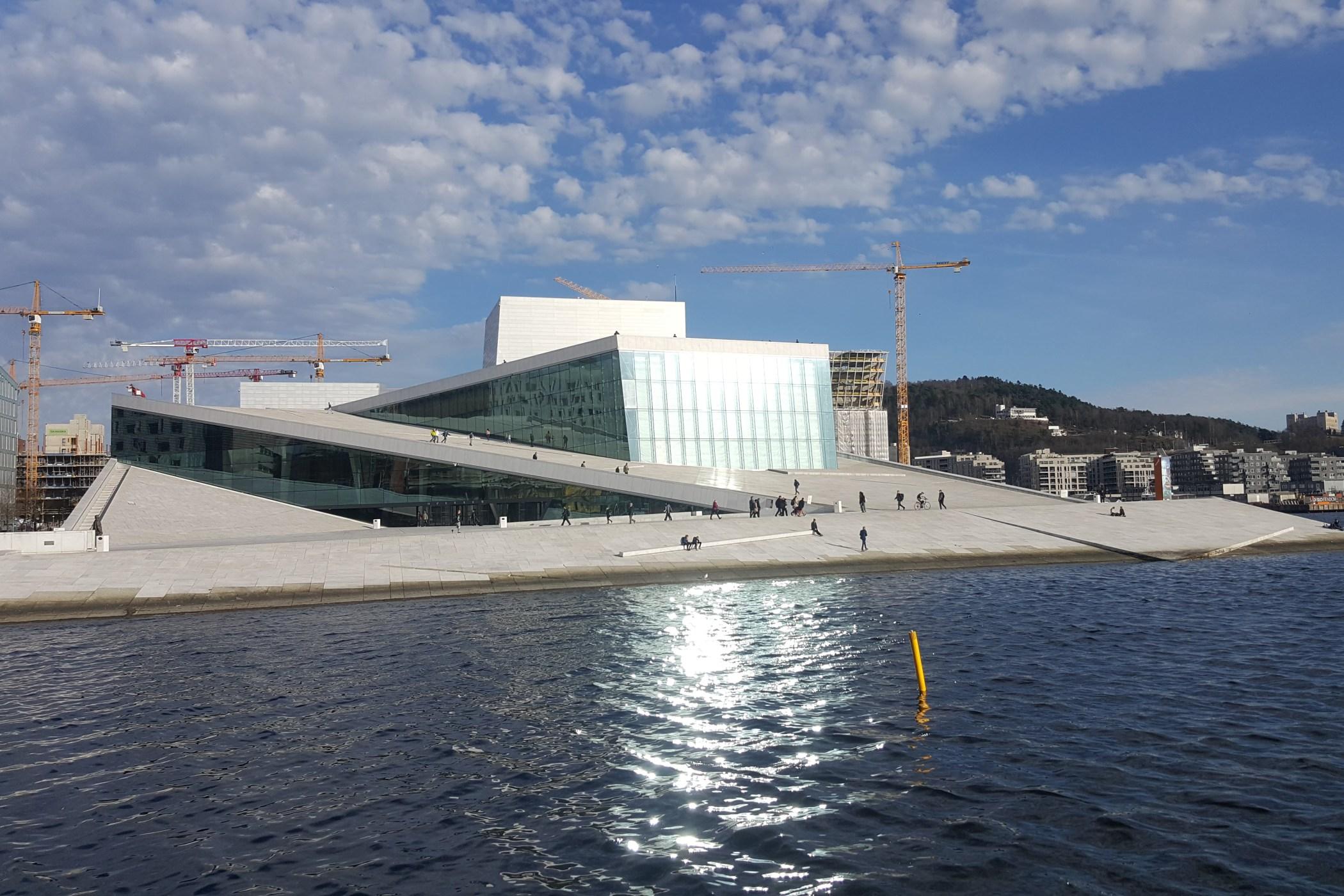 Budova norské opery zároveň funguje i jako veřejný prostor. Uvnitř budovy jsou tři koncertní sály. Ten největší, pojme přes 1300 diváků