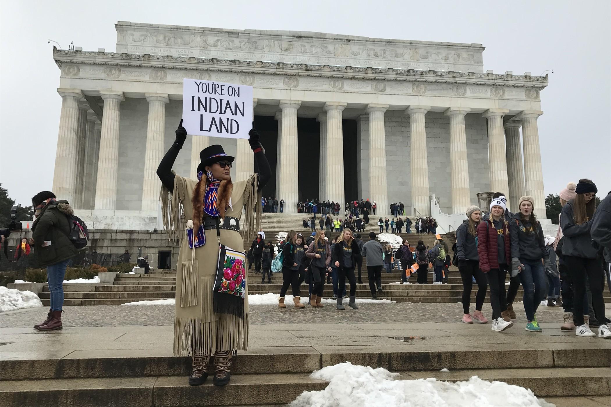 Jste v zemi indiánů, upozorňuje nápis na transparentu jednoho z manifestujících indiánů