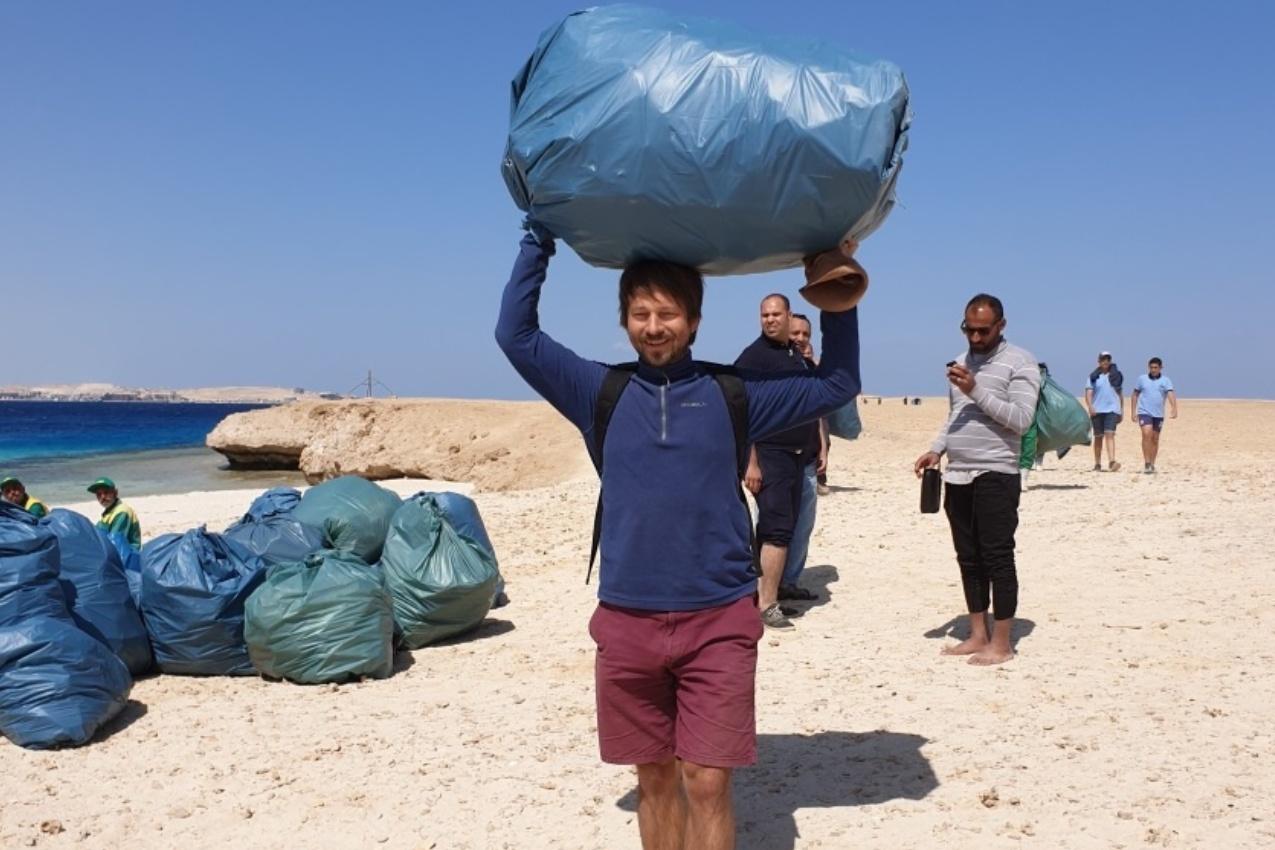 Štěpán Macháček pomáhal s odklízením plastového odpadu na ostrově nedaleko egyptské Hurghády
