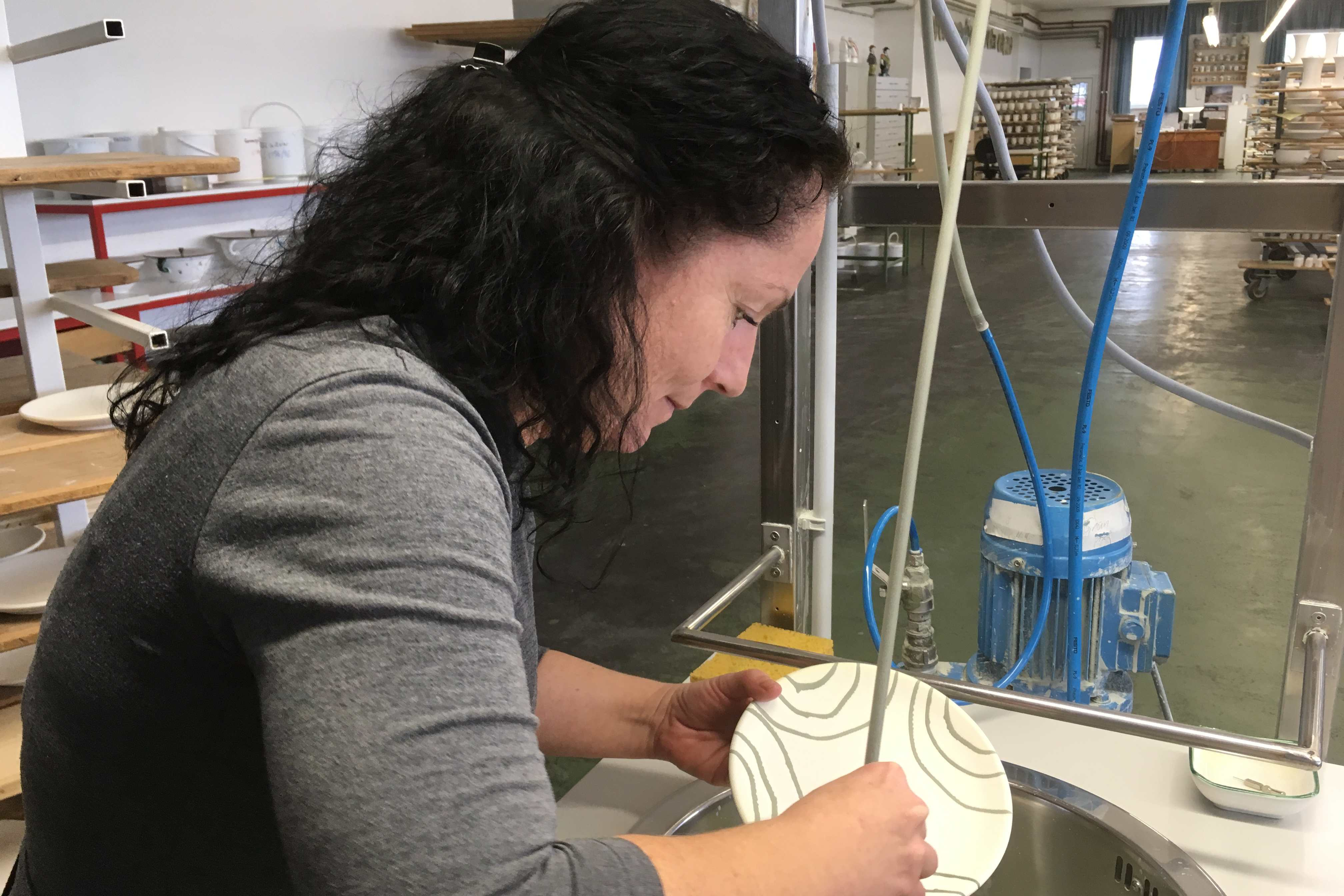 Typickou barvu dostane gmundenská keramika až po druhém vypálení