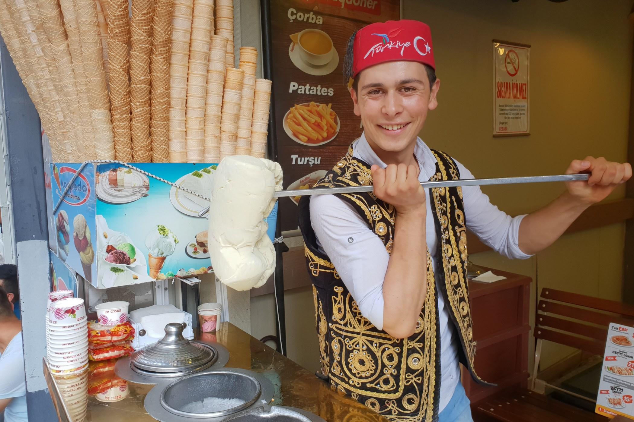"""""""Musím zmrzlinu pořád hníst, aby byla zmrzlina pořád vláčná a nesrazila se,"""" ukazuje zmrzlinář Muhamet. S jeho zmrzlinou si jen lžičkou neporadíte.."""