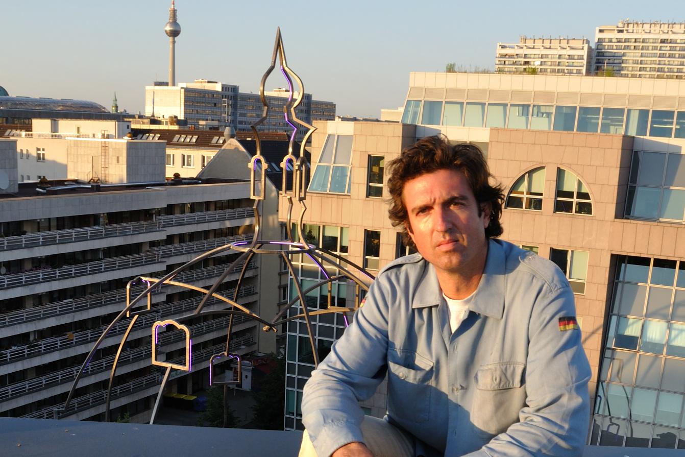 Juan Garaizabal a jeho instalace českého kostela na Betlémském náměstí v Berlíně