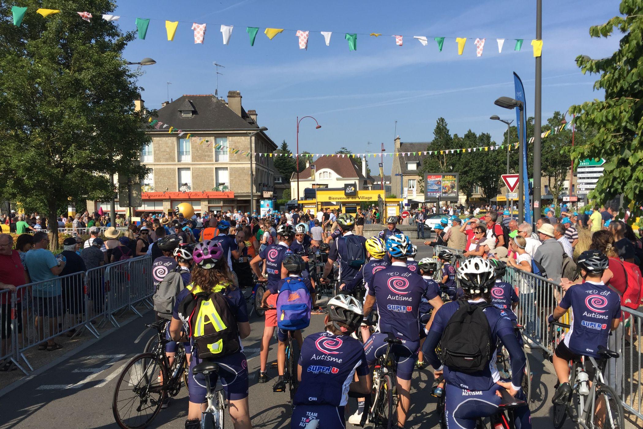 Jezdci před startem sedmé etapy Tour de France v Fougére do Chartre.