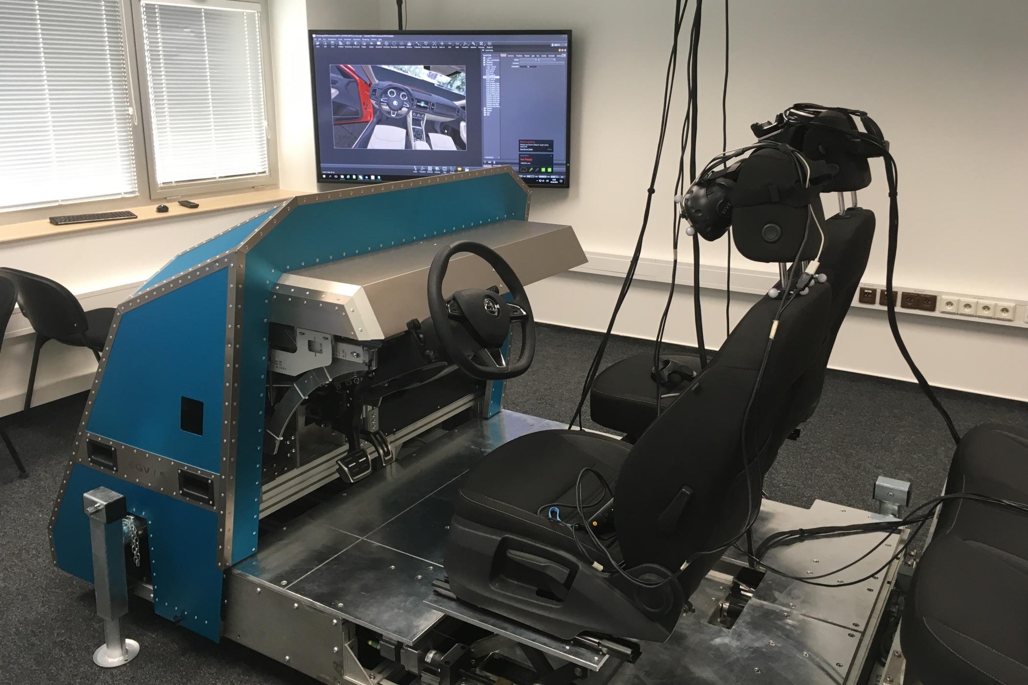 Maketa vozu, do kterého usedne testovací řidič s virtuálními brýlemi na očích.