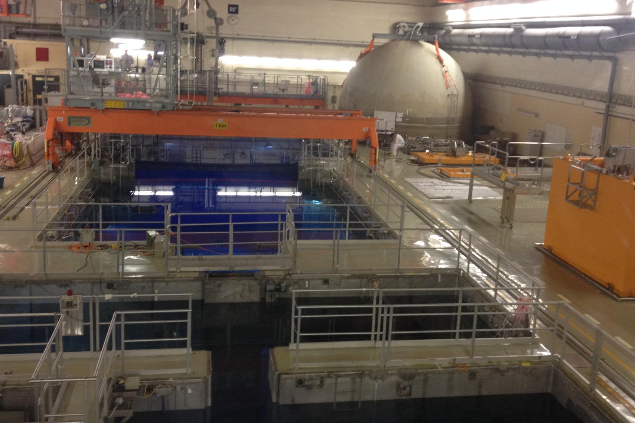 Bazény v hlavní hale jsou hluboké až šestnáct metrů
