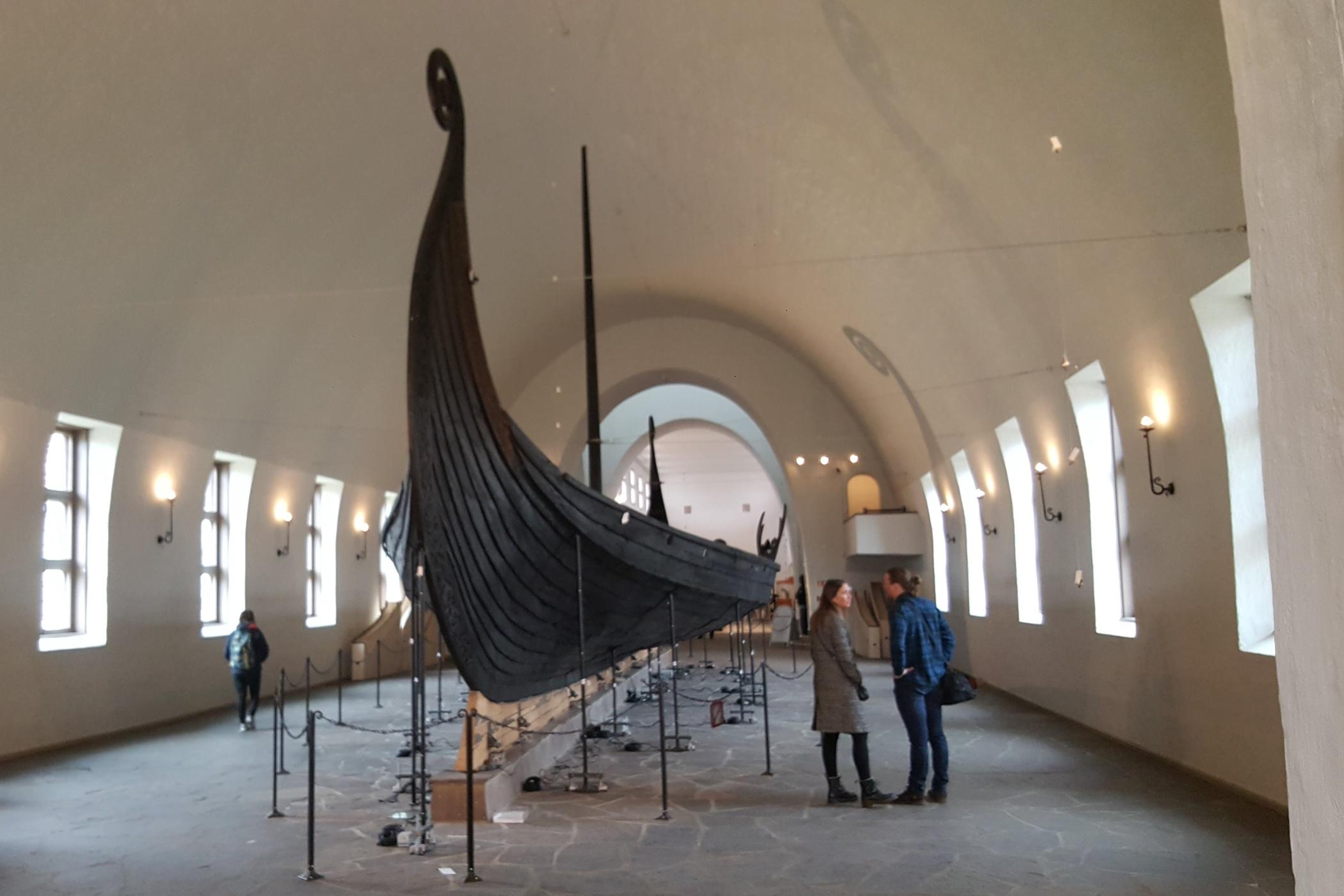 V muzeu jsou k vidění tři originály vikinských lodí, které se dochovaly díky tomu, že byly pohřbeny spolu s vikinskými náčelníky