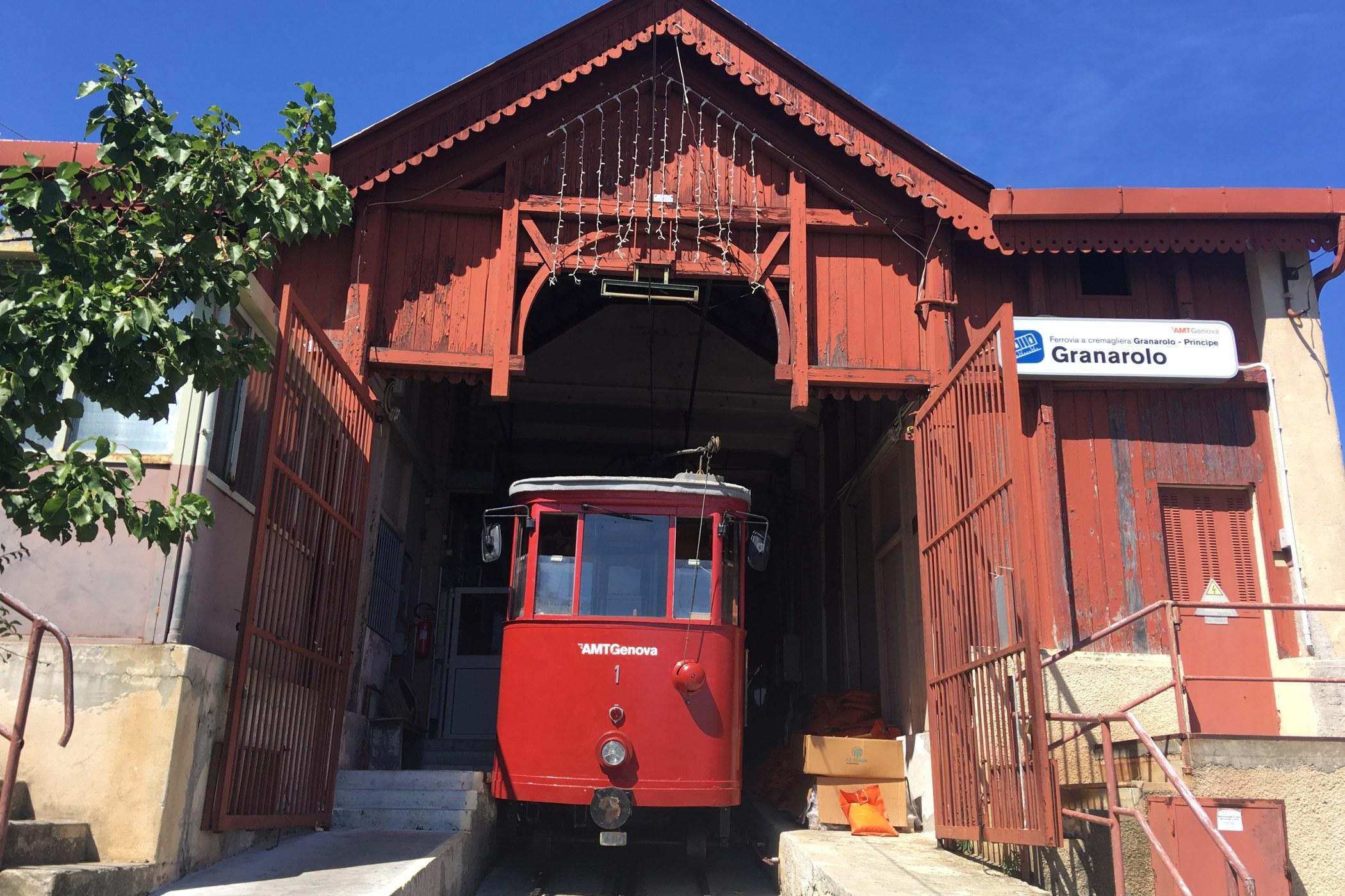 Konečná stanice Granalore vypadá trochu jako červená stodola