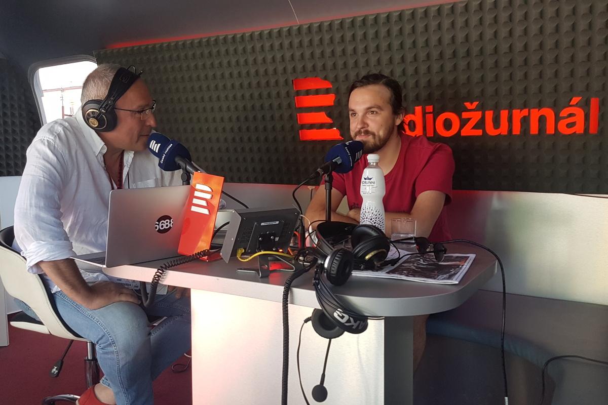 Moderátor Jan Pokorný a režisér Adam Sedlák na karlovarském filmovém festivalu