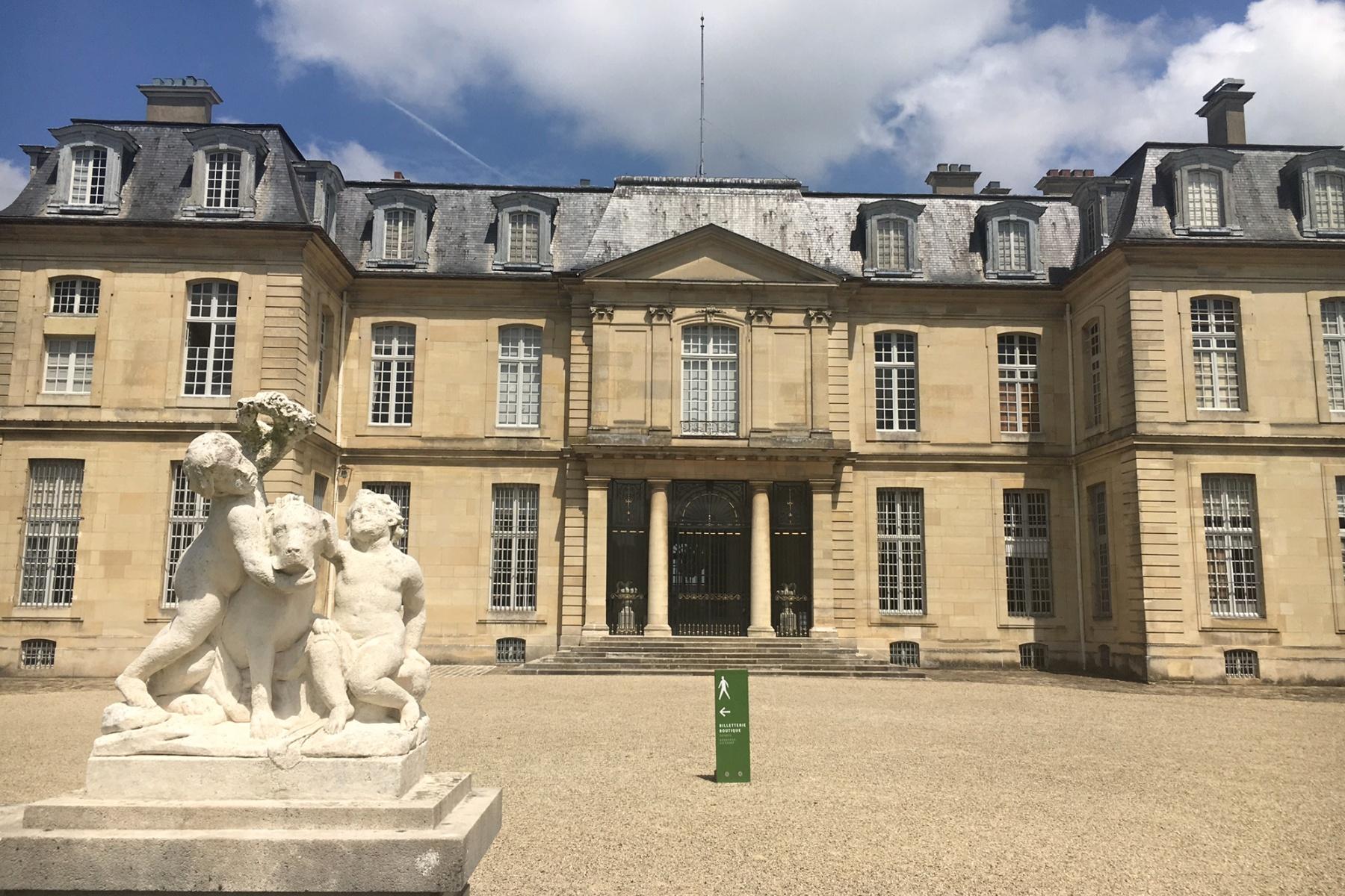 Zámek Champs sur Marne byl postaven na přelomu 17. a 18. století. V posledních letech si ho oblíbili hlavně filmaři