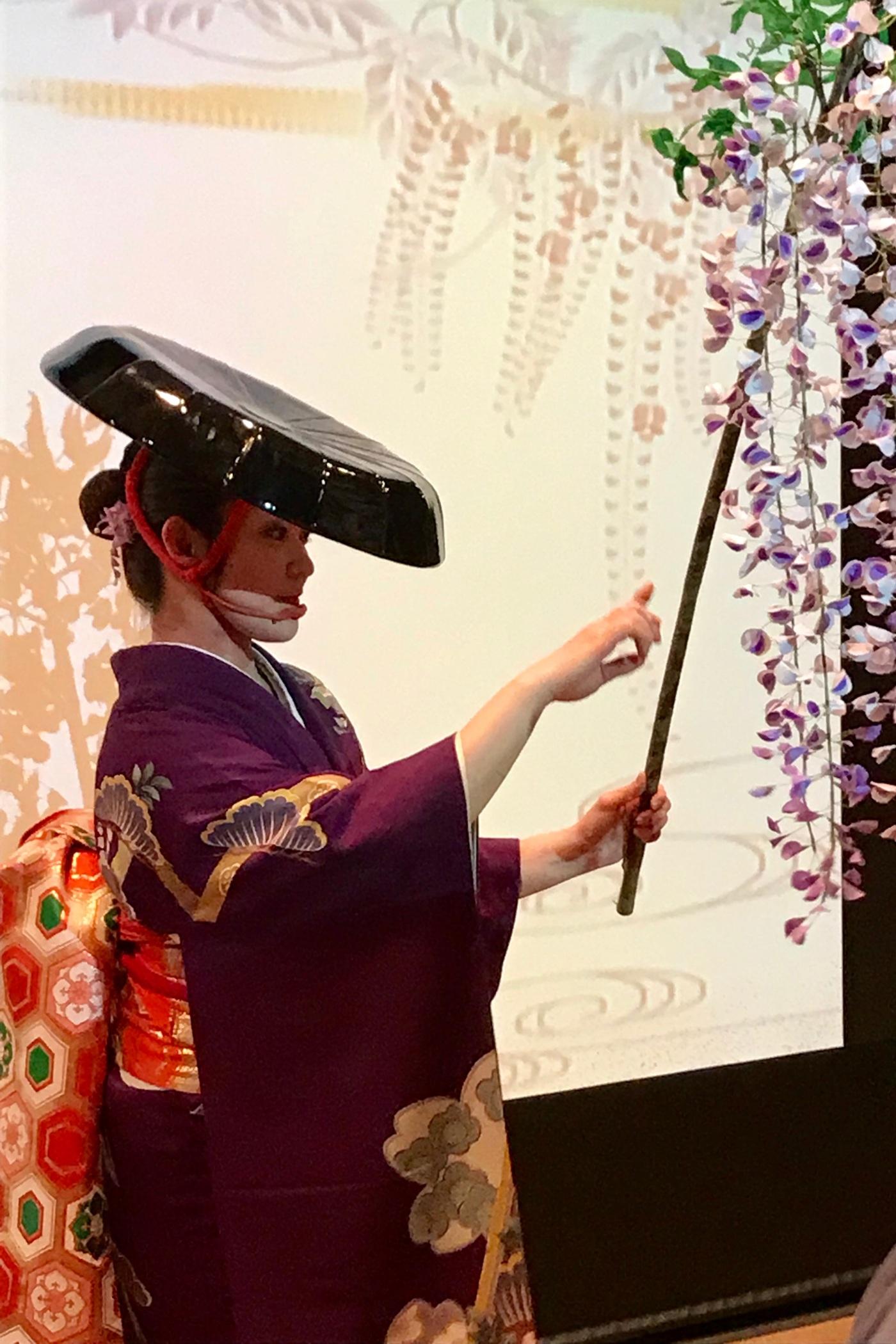 Tanec pod rozkvetlými sakurami. Japonský tradiční tanec především vypráví příběh